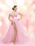 Ritratto di bellezza della donna in vestito rosa con Sakura Flower, asiatica Immagine Stock