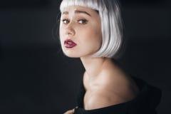 Ritratto di bellezza della giovane donna attraente in parrucca bionda Immagini Stock