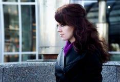 Ritratto di bellezza della giovane donna con l'eye-liner nero su fondo urbano Immagini Stock