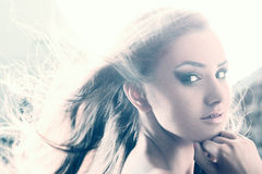 Ritratto di bellezza della giovane donna contro forte luce Fotografie Stock Libere da Diritti