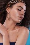 Ritratto di bellezza della ragazza con l'acconciatura di afro Ragazza che posa sul fondo blu Colpo dello studio Immagini Stock