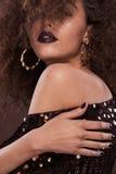 Ritratto di bellezza della ragazza con l'acconciatura di afro Ragazza che posa sul fondo marrone Colpo dello studio Fotografia Stock Libera da Diritti