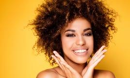 Ritratto di bellezza della ragazza sorridente con l'afro Fotografie Stock Libere da Diritti
