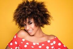 Ritratto di bellezza della ragazza sorridente con l'afro Fotografie Stock
