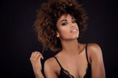 Ritratto di bellezza della ragazza sorridente con l'afro Fotografia Stock