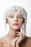 Ritratto di bellezza delle donne con la corona della perla Trucco bianco e freddo Fotografie Stock