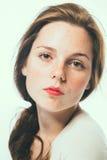 Ritratto di bellezza dello studio della donna freckled con capelli lunghi Fotografia Stock Libera da Diritti