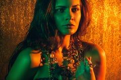 Ritratto di bellezza di bello modello femminile su un fondo arancio Immagini Stock Libere da Diritti