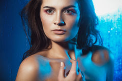Ritratto di bellezza di bello modello femminile su un fondo blu Immagini Stock