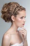 Ritratto di bellezza di giovane modello caucasico sensuale con capelli ricci naturali appuntati immagini stock