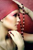 Ritratto di bellezza di una donna con una catena Immagini Stock Libere da Diritti