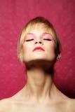 Ritratto di bellezza di una donna nel colore rosa fotografie stock libere da diritti