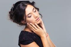 Ritratto di bellezza di una donna sveglia con gli occhi chiusi Immagine Stock