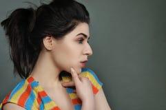 Ritratto di bellezza di una ragazza con capelli neri nel profilo Immagini Stock