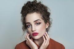 Ritratto di bellezza di giovane bello modello con il cagnaccio scuro raccolto fotografie stock