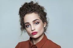 Ritratto di bellezza di giovane bello modello di moda con raccolto immagine stock libera da diritti