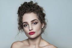 Ritratto di bellezza di giovane bello modello di moda nudo con coll immagini stock libere da diritti