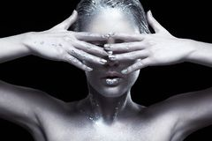 Ritratto di bellezza di giovane donna splendida Femmina con la mano vicino alla f Fotografia Stock