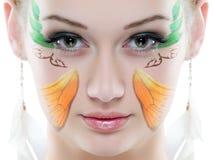 Ritratto di bellezza Su fondo bianco Primo piano fresco perfetto della pelle con la pittura del fronte Immagini Stock Libere da Diritti