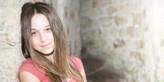 Ritratto di bellezza sveglia della ragazza dell'adolescente contro le vecchie rocce di parete antiche Fotografia Stock Libera da Diritti