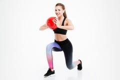 Ritratto di bello allenamento della donna con la palla di forma fisica Fotografia Stock
