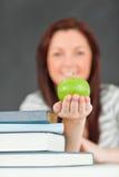 Ritratto di bello allievo che mostra una mela Fotografie Stock