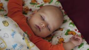 Ritratto di bello bambino che dorme pacificamente bambino neonato stock footage