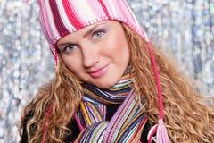 Ritratto di bello biondo in cappello e sciarpa Fotografia Stock