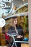 Ritratto di bello caffè bevente sorridente della donna in una caffetteria Immagini Stock Libere da Diritti