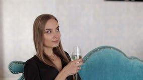 Ritratto di bello castana con vetro di champagne archivi video