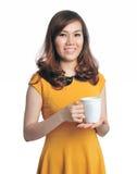 Ritratto di bello coffe della holding della donna di affari immagini stock libere da diritti