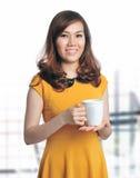 Ritratto di bello coffe della holding della donna di affari fotografia stock