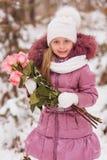Ritratto di bello giorno di inverno della neve della ragazza con un mazzo delle rose fotografia stock libera da diritti