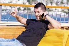 Ritratto di bello giovane che parla sul telefono all'aperto Fotografia Stock