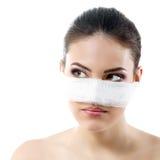Ritratto di bello giovane fronte femminile con la fasciatura sul suo naso Fotografie Stock