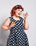 Ritratto di bello grasso allegro pi? la pin-up della donna di dimensione che porta un vestito dal pois isolato sopra fondo legger fotografia stock