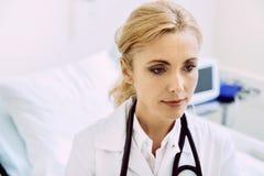 Ritratto di bello lavoratore medico all'ospedale Fotografie Stock