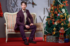 Ritratto di bello maschio vicino all'albero di Natale Fotografia Stock
