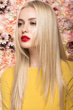 Ritratto di bello modello di moda, dolce e sensuale Trucco di bellezza, capelli Bandiera dei fiori Background Fotografia Stock