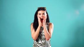 Ritratto di bello modello isolato sui precedenti rosa Ragazza ridente scioccamente ha-ha video d archivio