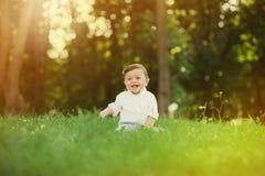 Ritratto di bello neonato sveglio sorridente fotografie stock libere da diritti