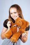 Ritratto di bello orsacchiotto del giocattolo e della ragazza. Fotografie Stock Libere da Diritti