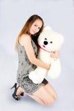 Ritratto di bello orsacchiotto del giocattolo e della ragazza. Fotografia Stock