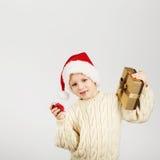 Ritratto di bello ragazzino allegro felice che porta il cappello di Santa Immagini Stock