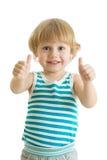Ritratto di bello ragazzo del bambino vi che dà i pollici su isolati su fondo bianco Immagini Stock