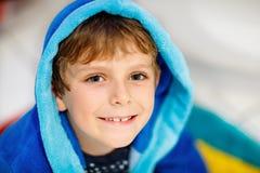 Ritratto di bello ragazzo sorridente del bambino Bambino felice in accappatoio blu Immagini Stock Libere da Diritti
