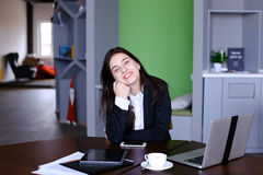 Ritratto di bello segretario femminile che posa e distoglie lo sguardo Immagini Stock Libere da Diritti