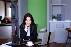 Ritratto di bello segretario femminile che posa e distoglie lo sguardo Fotografia Stock