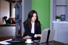 Ritratto di bello segretario femminile che posa e distoglie lo sguardo Immagini Stock