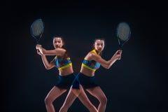 Ritratto di bello tennis della ragazza con una racchetta su fondo scuro Fotografia Stock Libera da Diritti